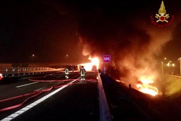 Incidente sull'A4, autocisterna in fiamme dopo schianto contro camion: un morto carbonizzato