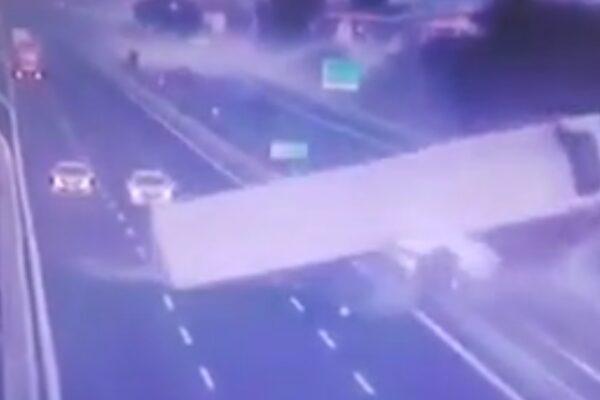 Drammatico incidente sull'A30, tir si ribalta e si 'accartoccia': salvo il conducente