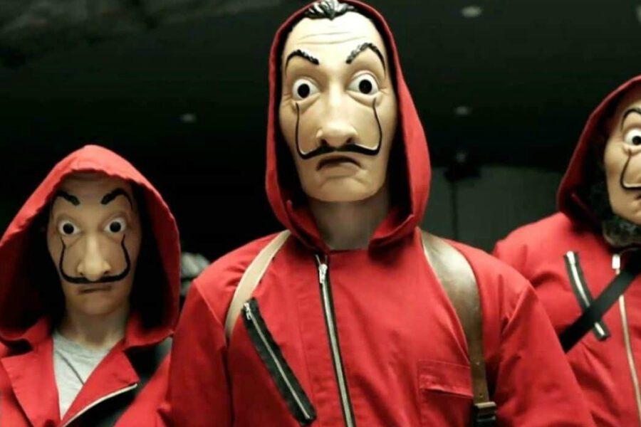 """Tuta rossa, maschera e mitra in mano seminano il panico in strada: """"Giocavamo alla Casa di Carta"""""""