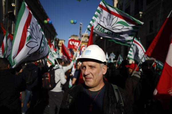 """Operai in piazza a Roma per le crisi industriali. Landini: """"Stanchi delle promesse, vogliamo i fatti"""""""