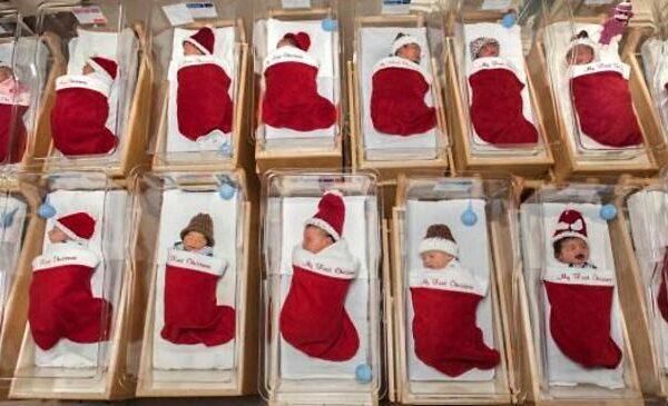 Neonati avvolti in calze di Natale: la tenera tradizione di un ospedale