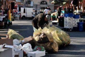 Povertà, in Italia 12 milioni a rischio: cresce ancora la diseguaglianza