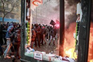 Francia in piazza contro la riforma delle pensioni, manomessa la rete elettrica: 90mila case al buio