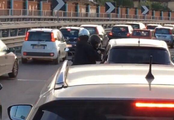 Far West a Napoli: rapina nel traffico, inseguimento e spari con la polizia