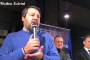 """Salvini contro la Nutella: """"Usa nocciole turche, preferisco mangiare italiano"""""""