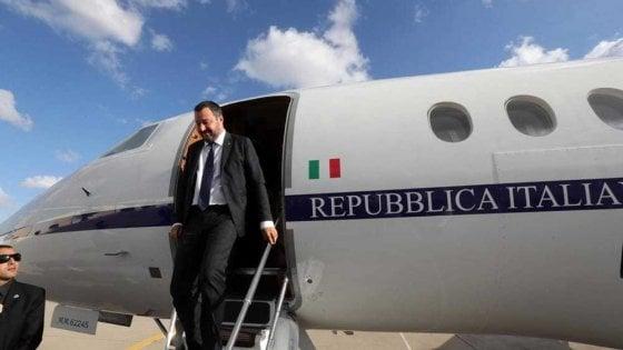 Salvini indagato: nel mirino 35 voli di Stato, ipotesi abuso di ufficio