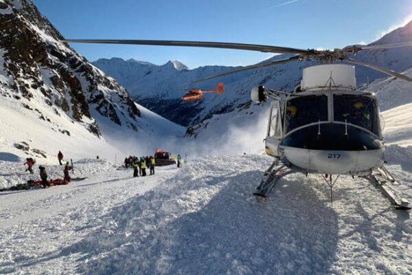 Valanga travolge sciatori in Val Senales: morte mamma e figlia e un'altra bambina