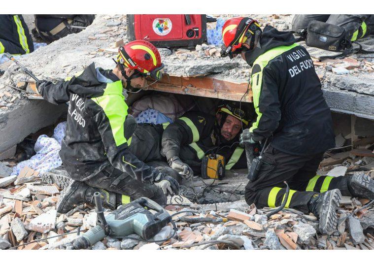 Terremoto Albania, rientro da eroi per vigili del fuoco italiani