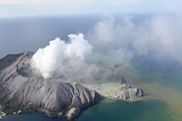 Nuova Zelanda, l'eruzione del vulcano sorprende i turisti: 5 morti