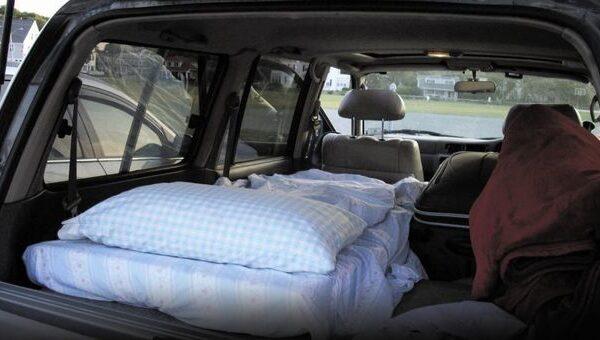"""Vivono in auto da due mesi, mamma e figlia rifiutano dormitorio: """"Vogliamo stare sole"""""""