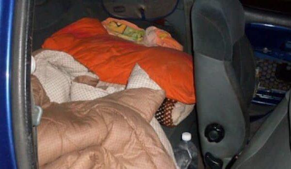 """Papà in carcere, madre e figlia dormono in auto da due mesi: """"Cerchiamo dignità"""""""