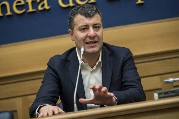 Raid nazi contro Arturo Scotto, pugni in faccia all'ex deputato