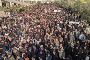 """In migliaia ai funerali di Soleimani al grido """"Morte all'America"""""""
