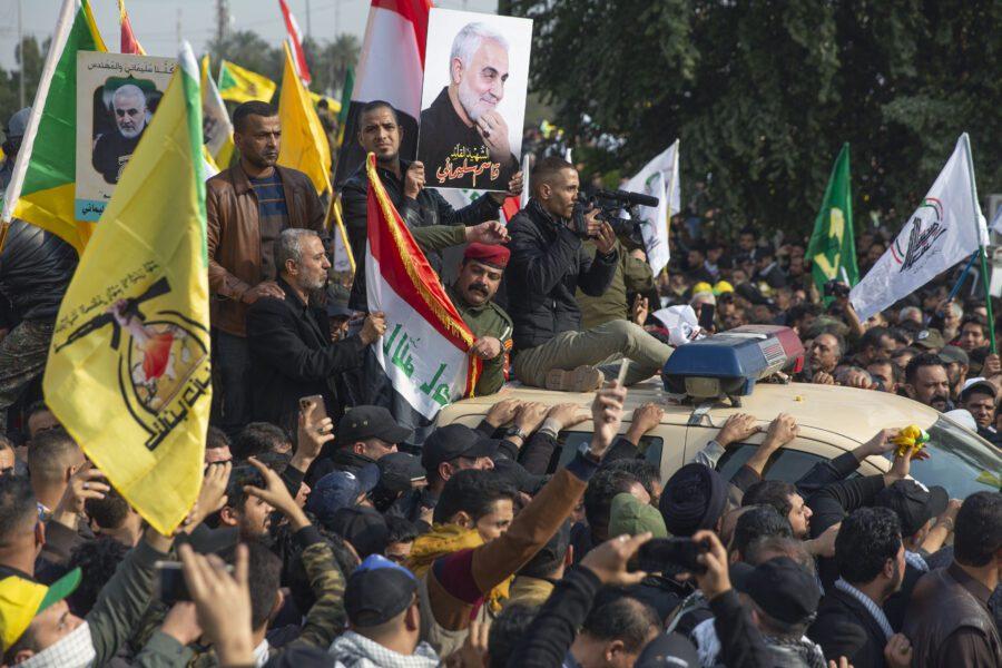 """Iraq, razzi su Baghdad, i pasdaran: """"35 obiettivi Usa alla nostra portata"""". Trump: """"Individuati 52 siti iraniani"""""""