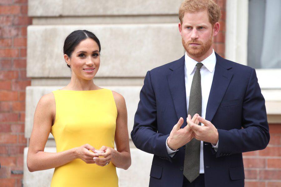"""Harry e Meghan lasciano la famiglia reale: """"Vogliamo essere indipendenti"""""""