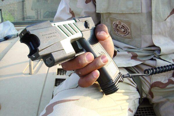 Le forze dell'ordine hanno il taser, tutti i rischi di un'arma pericolosa