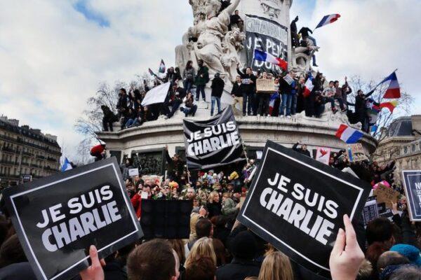 Charlie Hebdo, a cinque anni dalla strage tra ricordo e polemiche