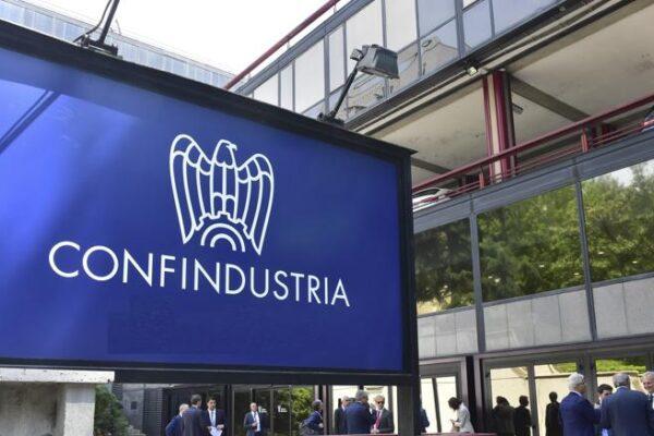 """Italia in stagnazione, allarme di Confindustria: """"Crescita appena sopra lo zero, mancano gli investimenti"""""""