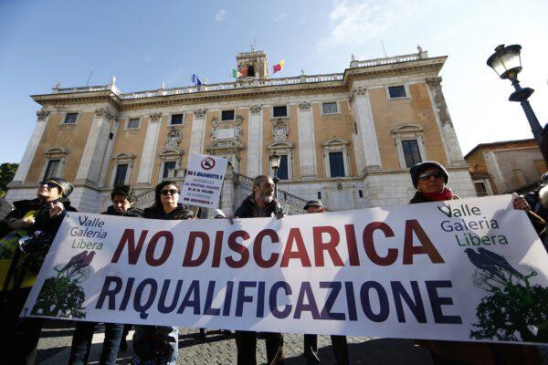 Caos rifiuti a Roma, Raggi battuta due volte sulla nuova discarica: i 5 Stelle votano contro