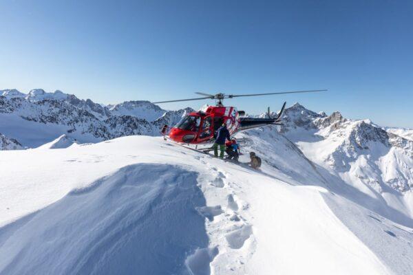 Maestro di sci muore precipitando da un elicottero durante una sessione di eliski