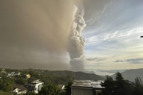 """Il vulcano Taal a rischio eruzione, le autorità filippine ordinano """"l'evacuazione totale"""" di mezzo milione di persone"""