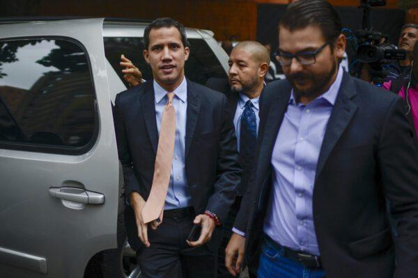 Venezuela, spari e sassate contro l'auto in cui viaggiava Guaidò
