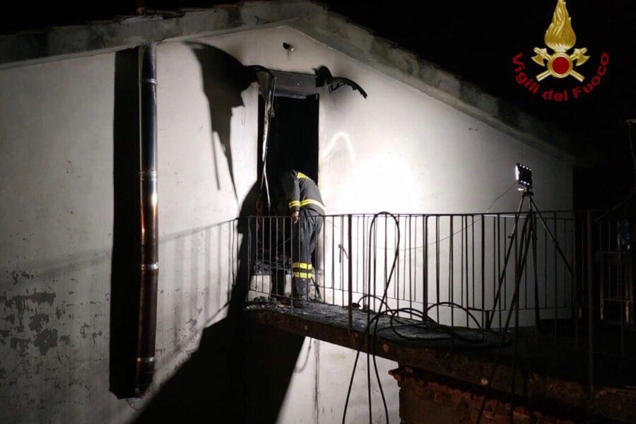 Muore a 14 anni nell'incendio in casa, la madre ferita in un incidente stradale per raggiungerla