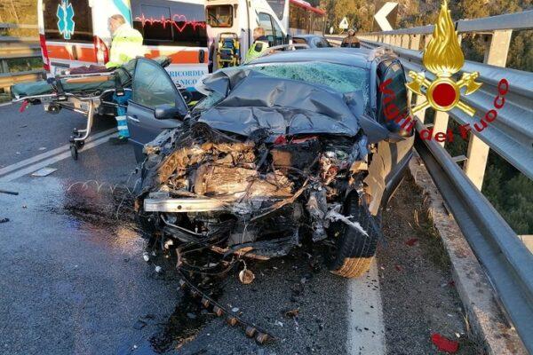 Tragico schianto tra pullman e auto sulla Statale 223, due morti