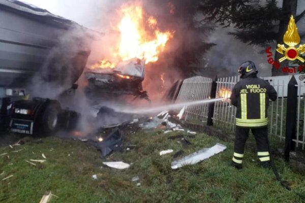 Schianto tra due camion nel Reggiano, 42enne muore carbonizzato: lascia tre figli