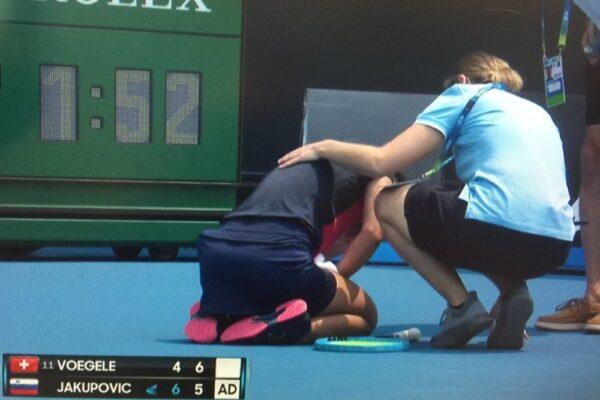 Malori e ritiri per il fumo degli incendi, l'Australian Open parte nel caos