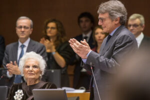 Il discorso di Liliana Segre al Parlamento Europeo, eurodeputati in lacrime