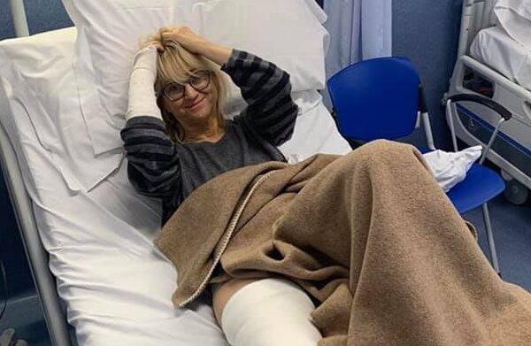 """Luciana Littizzetto operata alla gamba ironizza: """"Sto bene col gessato?"""""""