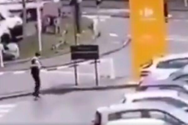 """Parigi, grida """"Allah Akbar"""" e accoltella passanti: un morto. Aggressore ucciso"""