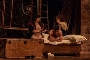 Omofobia e razzismo, una serata tra il pubblico 'bene' del teatro