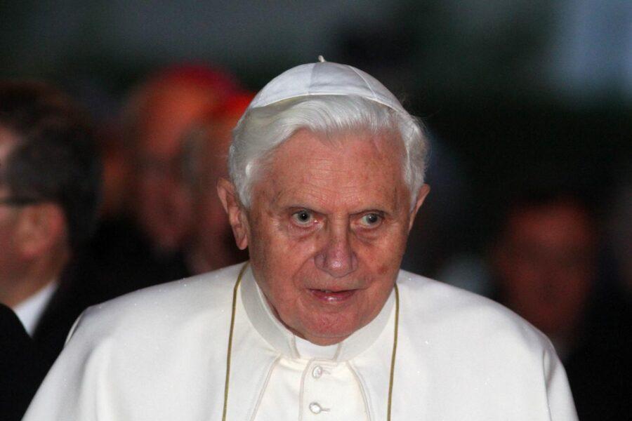 Preti sposati, giallo in Vaticano: Ratzinger chiede la rimozione della sua firma dal libro del cardinale Sarah