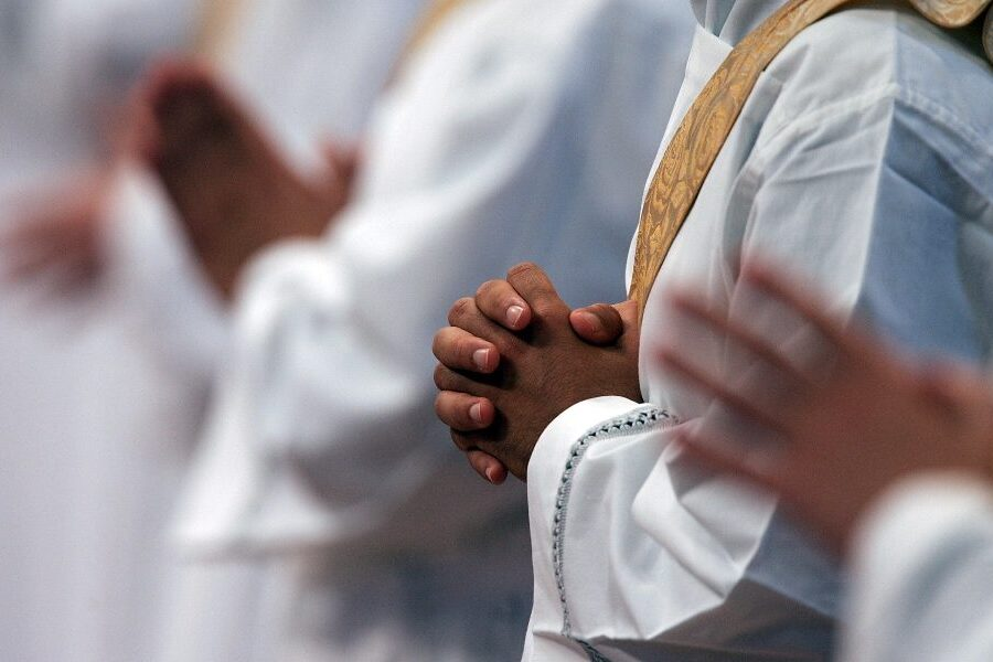 Abusi su due fratelli minorenni, 9 religiosi indagati: il caso denunciato anche dal vescovo