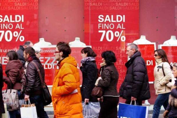 Saldi invernali al via con rischio 'flop totale': spesa media di 140 euro pro capite