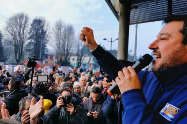 Emilia, Salvini dà appuntamento al bar per il caffè ma il titolare gli sbarra l'ingresso