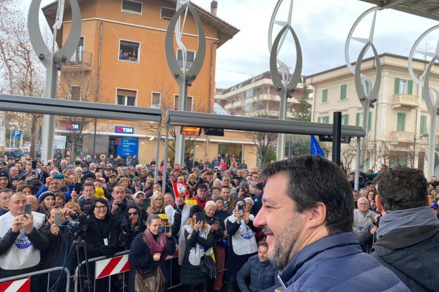 """Gaffe al comizio leghista di Cattolica: parte """"Romagna mia"""" nella versione napoletana"""