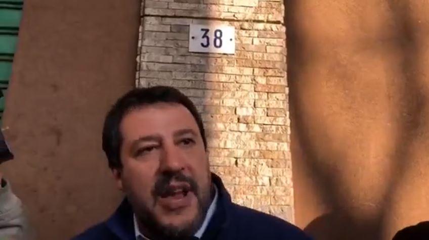 """Salvini ci ricasca, 'teatrino' e gogna davanti negozio a Modena: """"Qui dentro si spaccia"""""""