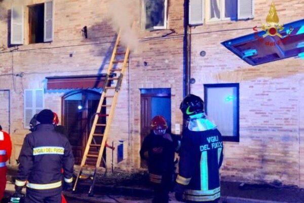 Bimba muore nell'incendio in casa, arrestata la madre: il rogo per 'coprire' l'omicidio