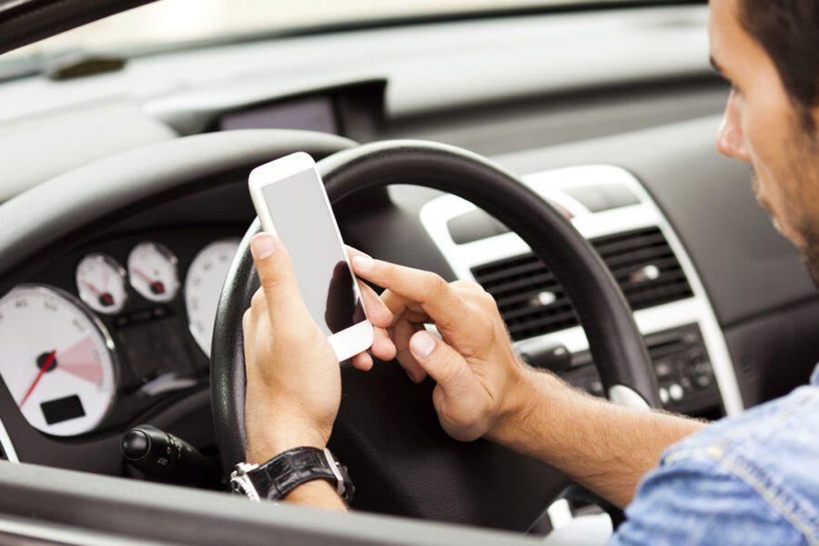 Codice della strada, si cambia: quasi 1700 euro di multa per chi usa lo smartphone mentre è alla guida