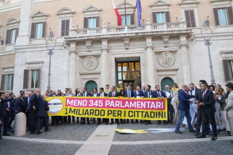 Referendum sul taglio dei parlamentari, becero populismo dei 5 stelle che lascia campo aperto al demagogo Salvini
