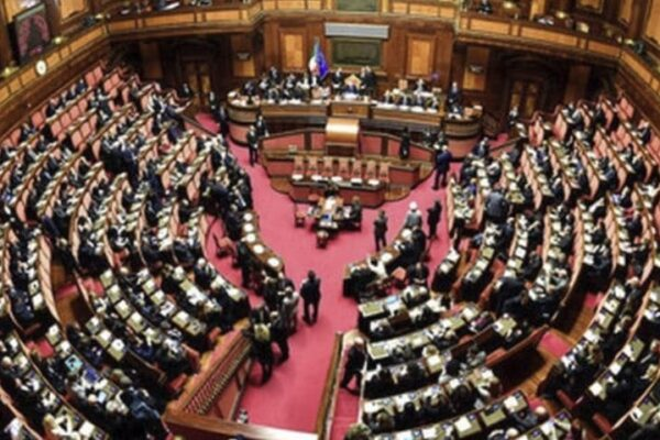 12 milioni di italiani disinteressati alla politica, autoritarismo dietro l'angolo