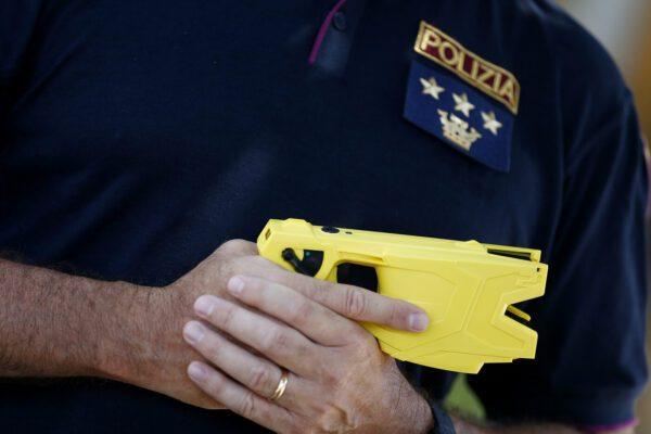 Taser alle forze di polizia, via libera (tra i dubbi) dal Consiglio dei ministri
