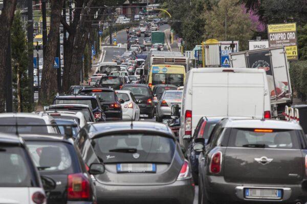 """Allarme smog in Italia, 26 città """"fuorilegge"""" e 2019 'anno nero': 60mila morti per inquinamento"""