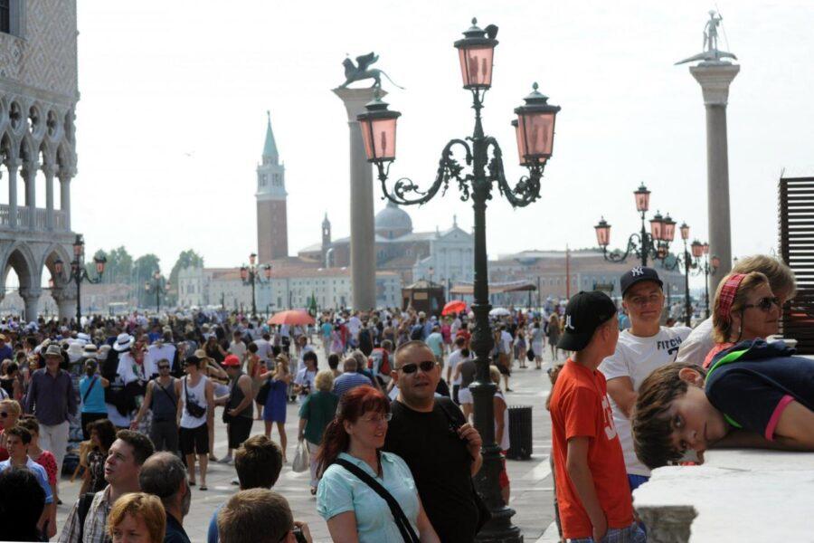 Psicosi coronavirus, insulti e sputi a turisti cinesi da una baby gang