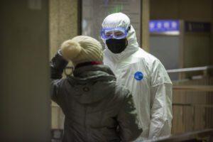 Virus cinese, i morti salgono a 41: isolati 56 milioni di cinesi. Rientra caso sospetto a Napoli