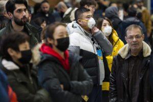 """Coronavirus, l'Oms fa marcia indietro: il rischio da moderato a """"alto"""" a livello globale"""