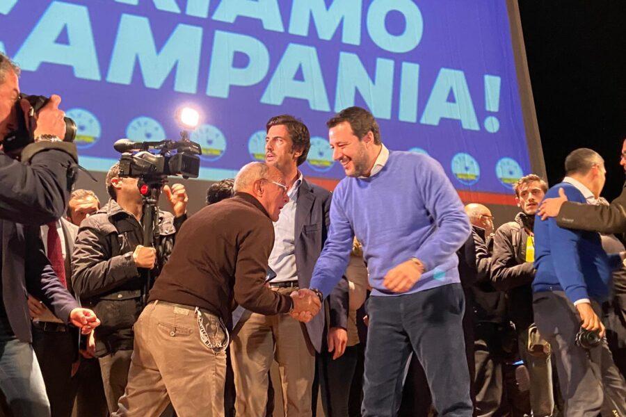 """Salvini a Napoli tra le proteste: """"Topolino è meglio di Conte"""""""